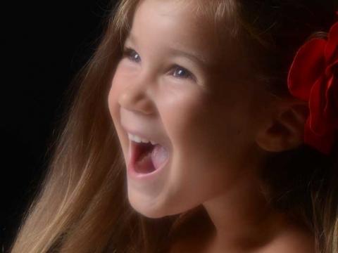 bambina-fiore-rosso-urla