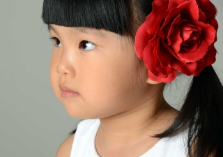 bambina-fiore-rosso