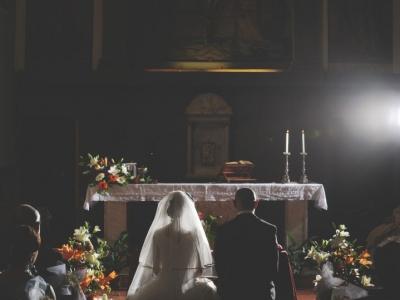 Sposi all'altare ritratti di spalle