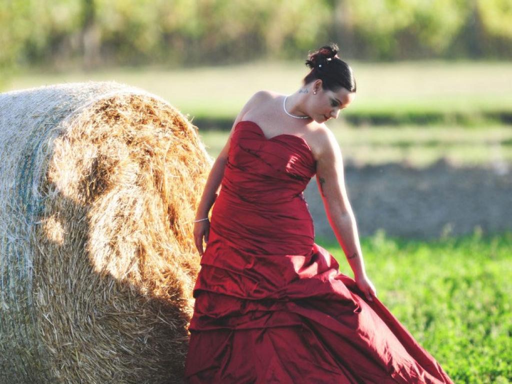 Sposa Ritratto davanti alla Balla di Fieno